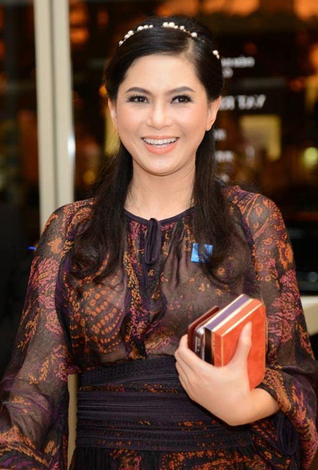 Những lần mẹ chồng Hà Tăng đẹp như nữ thần với váy áo đắt bằng cả gia tài
