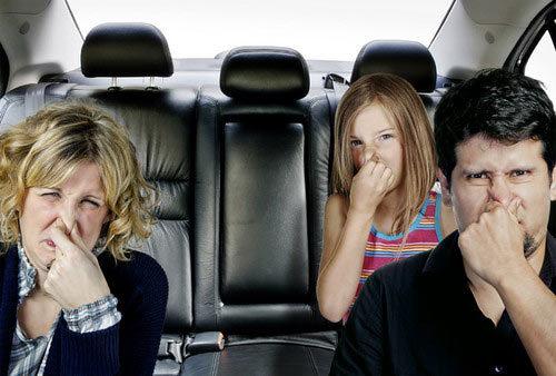 Bí quyết khử sạch mùi nôn trớ trên xe