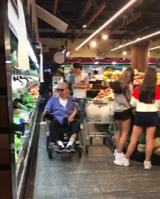 Fan sửng sốt vì 'đại ca' phim võ thuật Hồng Kim Bảo tiều tụy khi đi siêu thị