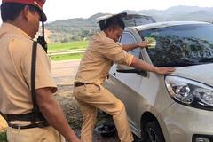 Cảm động cảnh sát giao thông sửa ô tô giúp nữ tài xế giữa trời nắng