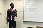 Xúc động hình ảnh thầy giáo vừa bế con hộ sinh viên vừa giảng bài