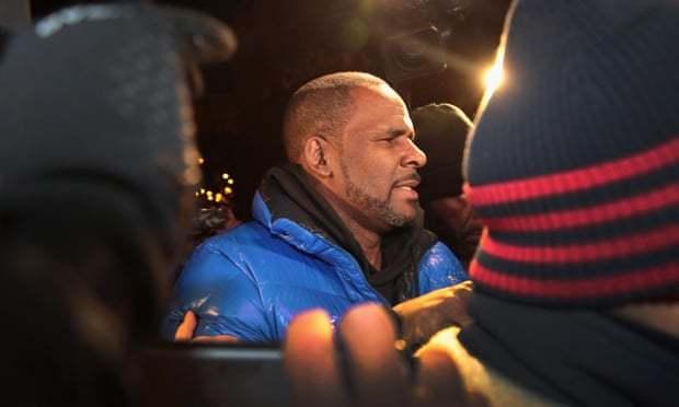 Vừa khóc phủ nhận cáo buộc lạm dụng tình dục, R. Kelly bị bắt trở lại