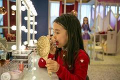 Bé gái Hàn Quốc trang điểm khi đến trường từ mẫu giáo