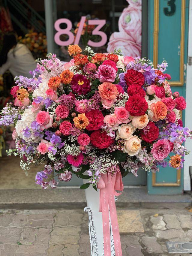 'Nhân viên nhà người ta' tặng sếp nữ bình hoa khủng 22 triệu đồng