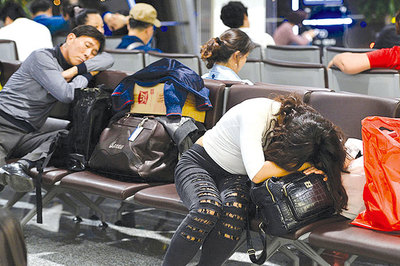Khách nước ngoài ăn vạ, sống vật vờ ở sân bay