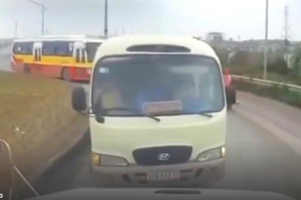 Tài xế container ép xe khách, xe buýt đi lùi trên đường