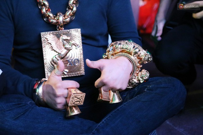 Đại gia  Phúc XO đeo 13kg vàng rao bán 500 đôi dép đính vàng