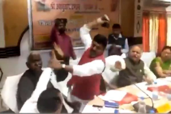"""Tranh cãi nảy lửa, nghị sĩ Ấn Độ dùng giày """"choảng"""" nhau"""