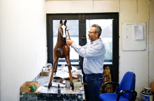 Đột nhập xưởng sản xuất ngựa bập bênh cho các gia đình hoàng gia