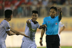 Trọng tài V-League bị treo còi vì ngó lơ phạt đền cho HAGL