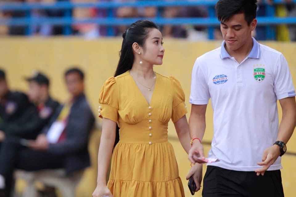 Cô giáo dạy múa hạnh phúc khoe nhẫn kim cương cầu thủ Tiến Linh tặng