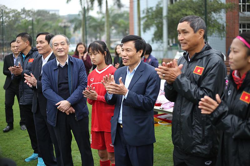 Nữ tuyển thủ xinh đẹp 19 tuổi được Bộ trưởng tặng hoa