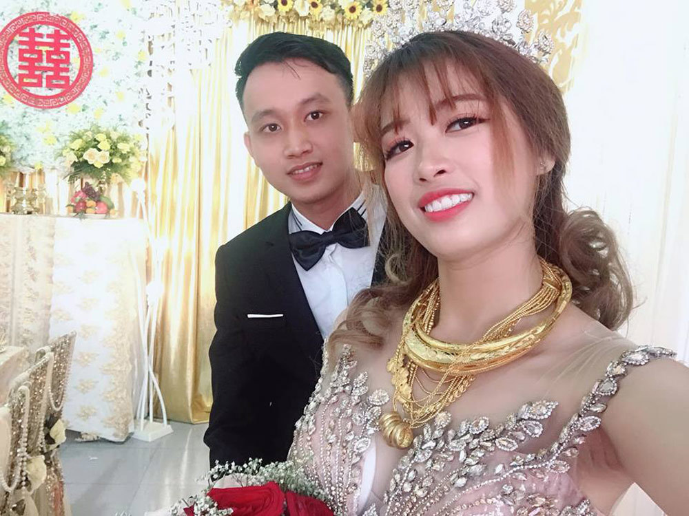 Cô dâu Trà Vinh đeo vàng trĩu cổ gây xôn xao
