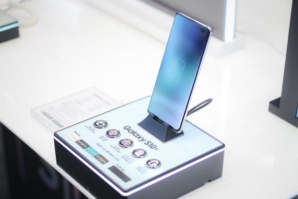 Người dân xếp hàng giành khuyến mãi mở bán Galaxy S10