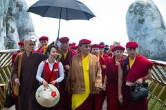 Pháp Vương Gyalwang Drukpa thăm cầu Vàng ở Bà Nà Hills