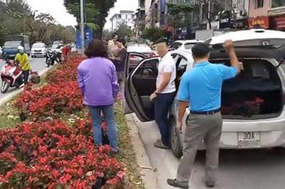 Quý ông đi ô tô tranh nhau 'hôi hoa' giữa phố Hà Nội