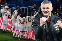 """Lương Solskjaer bằng nửa Mourinho, MU gửi Chong đi """"học việc"""""""