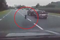 Đang chạy, bánh xe đột nhiên rơi ra từ xe bán tải