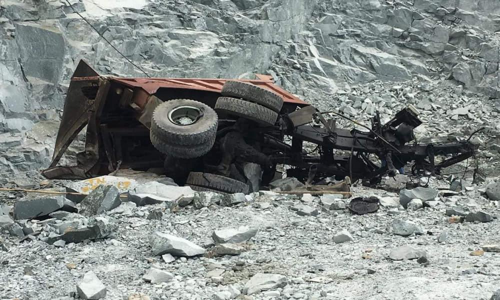 Xe ben rơi xuống hầm đá hàng trăm mét, tài xế tử vong