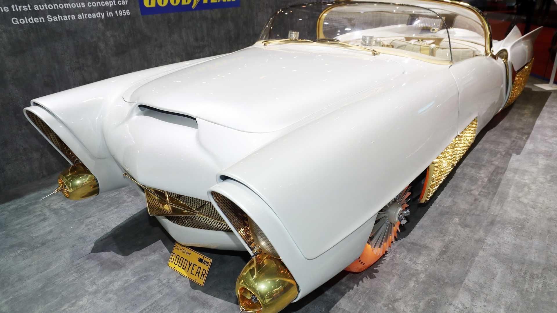 Xe cổ điển mạ vàng có lốp phát sáng kỳ lạ