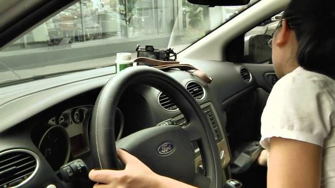 Nữ tài xế thản nhiên đâm đụng loạt ôtô khi lái xe khỏi bãi đỗ