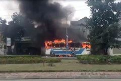 Ô tô phát nổ bốc cháy nghi ngút, tài xế phá cửa thoát thân