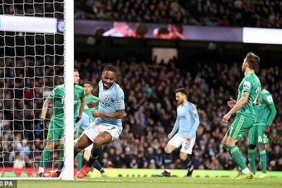 """Trọng tài """"bẻ còi"""", Man City bỏ xa Liverpool 4 điểm"""