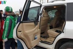 Thanh niên 'giả dạng' tài xế Grab đập kính xe Lexus trộm túi hàng hiệu