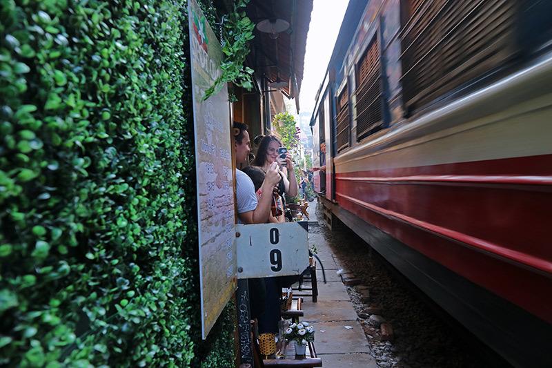 Quán cà phê bên 'đường ray tử thần' đông nghẹt khách Tây ở Hà Nội