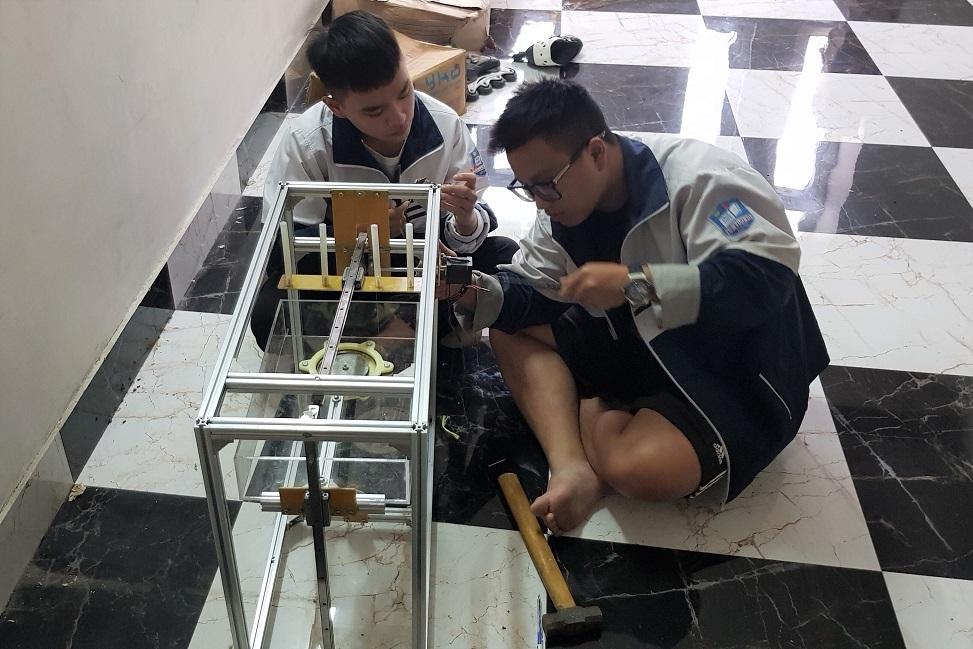 Học sinh sáng chế nắp cống có khả năng tự động gạt rác