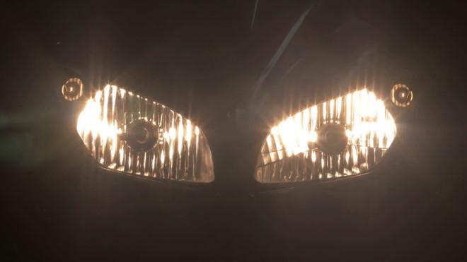 Đèn môtô thường chỉ sáng một bên, ngẫu nhiên hay do sắp đặt?