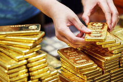 Giá vàng hôm nay 14/11: Tiền lại đổ về, lập tức tăng giá