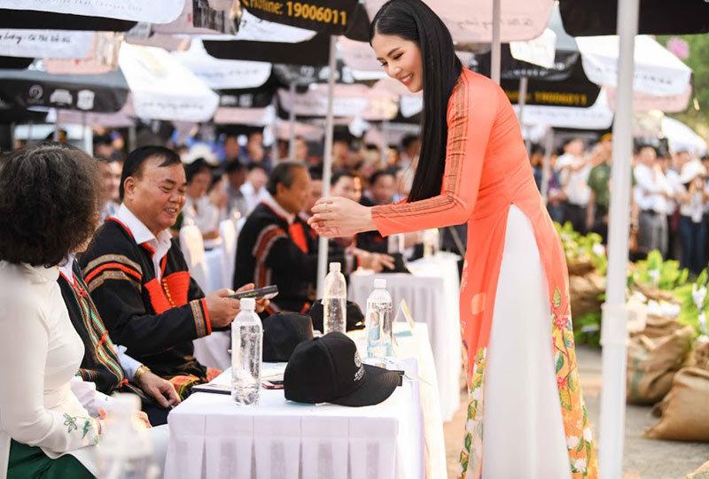 Hoa hậu lộng lẫy giữa Lễ hội Đường phố Buôn Ma Thuột