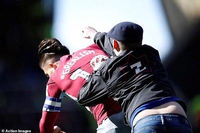 CĐV quá khích lao vào sân đấm knock-out cầu thủ ở Anh