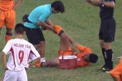 Cầu thủ U19 Đà Nẵng bị gãy chân rợn người