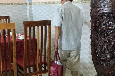 'Siêu cò' đi dép lê, túi vải đầy sổ đỏ hàng chục tỷ đồng