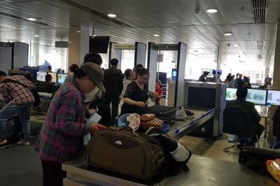 Khách ngoại bị 'chôm đồ' ngay trong sân bay