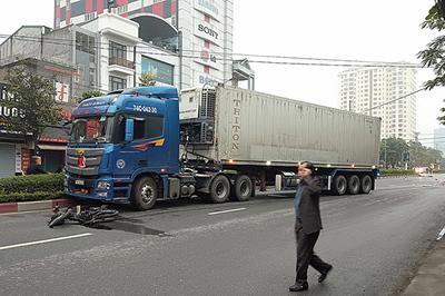 Xe container lao qua dải phân cách, tông chết người đi xe máy