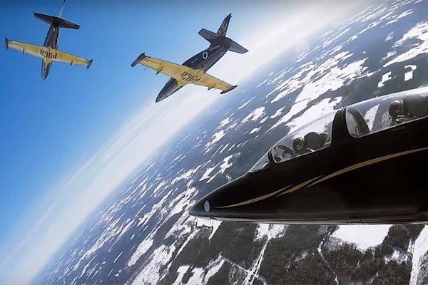 Xem phi công Nga trổ tài lộn đầu tiêm kích trên không