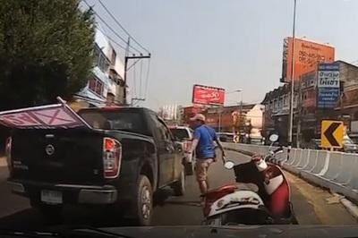 """Ném vỡ kính ô tô, người đi xe máy nhận đòn """"hội đồng"""""""