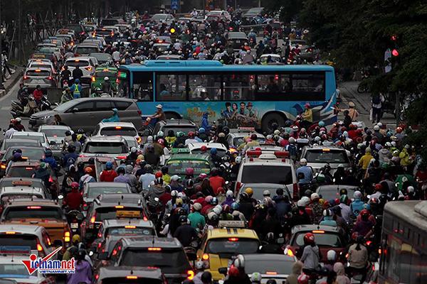 Giám đốc Sở GTVT Hà Nội: Không chỉ dừng xe máy mà giảm cả ô tô