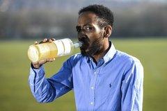 Người đàn ông 37 tuổi gây sốc khi uống nước tiểu suốt 3 năm