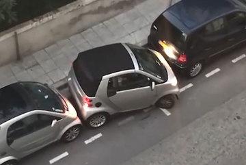 Tài xế điêu luyện, đậu xe vừa khít vào khoảng trống bé tí