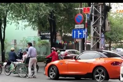 Soái ca lái BMW gặp cụ già đi xe lăn và hành động đáng nể