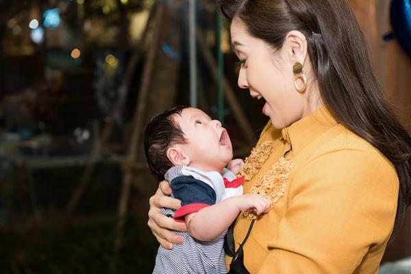 Thanh Thúy tổ chức tiệc đầy tháng con trai dù vắng chồng