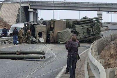 Hệ thống phòng không Nga bị lật, nằm chỏng chơ giữa đường