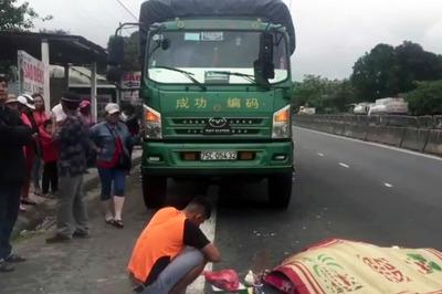 Vừa từ cabin xuống, tài xế xe tải bị xe khách đâm chết thảm