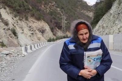 Cụ bà mỗi tuần đi hàng chục cây số đưa thư cho dân làng