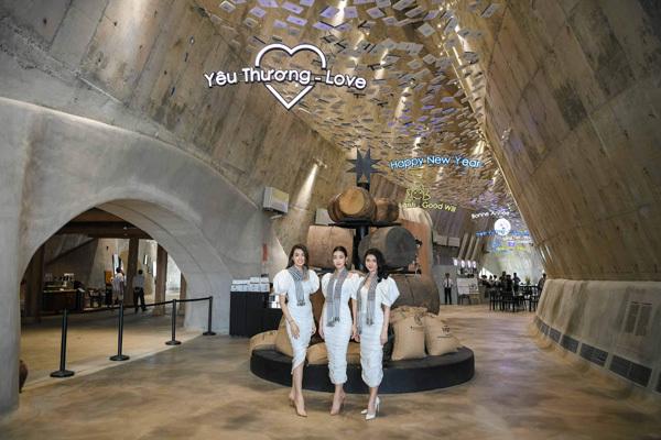 Các người đẹp tặng sách tại Bảo tàng thế giới cà phê