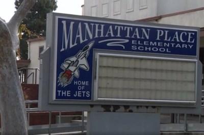 Cô giáo Mỹ bắt trò đi tiểu vào thùng rác rồi mặc túi đựng rác cả ngày
